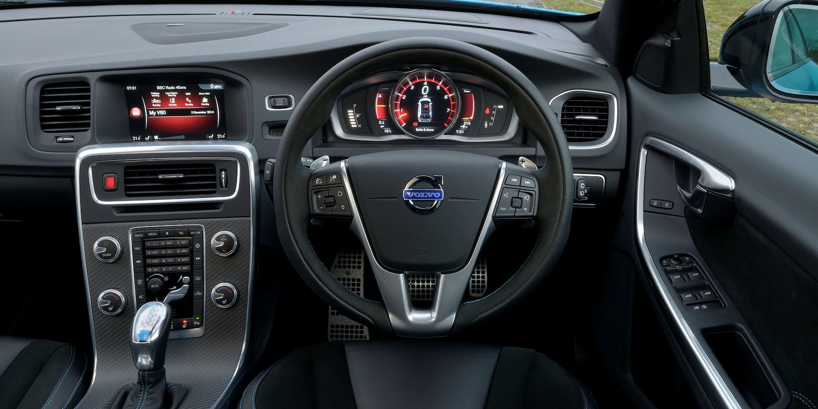 Volvo V60 interior and infotainment | carwow