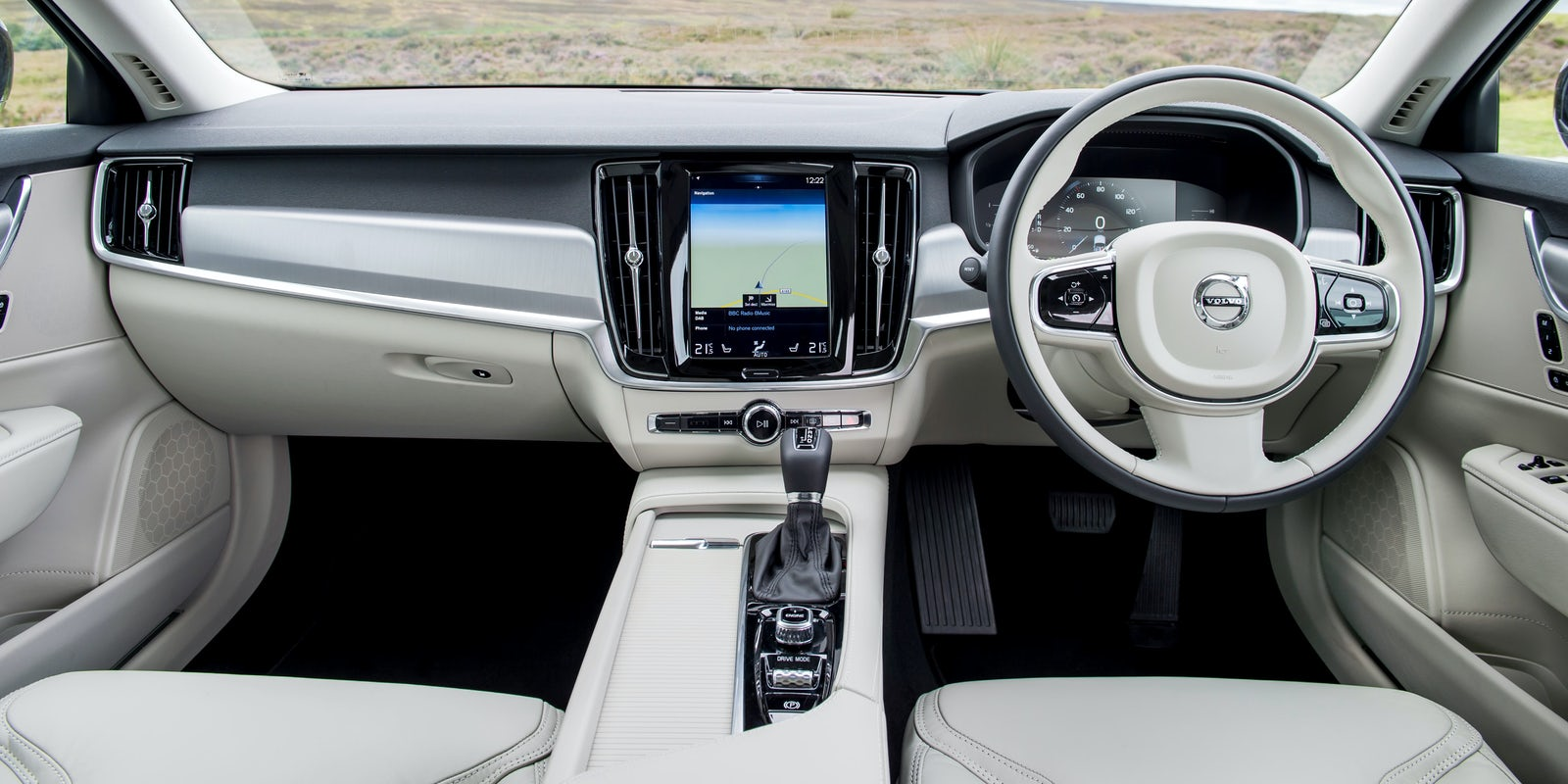 Volvo V90 interior and infotainment | carwow